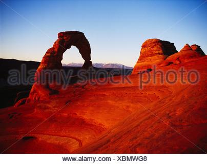 Arco delicato di incorniciatura dei LaSal montagna nel tardo pomeriggio di luce, Arches National Park nello Utah. Foto Stock