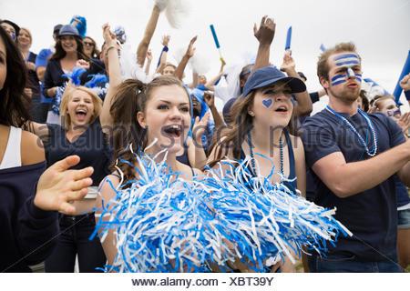 La folla entusiasta in blu il tifo a evento sportivo Foto Stock