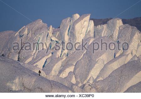 Scalatore camminando sulla cresta del ghiacciaio Matanuska Alaska Foto Stock