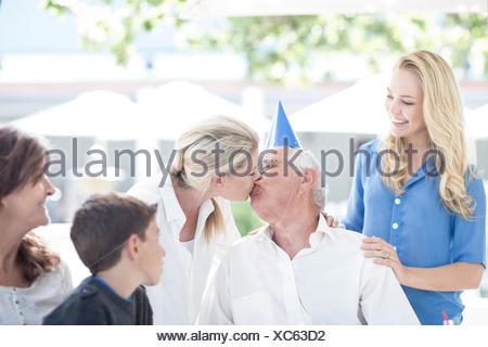 Famiglia Nonno festeggia il compleanno al ristorante Foto Stock
