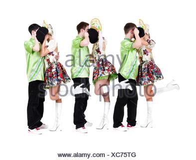 Team di ballerini indossano un folk ucraino costumi Foto Stock