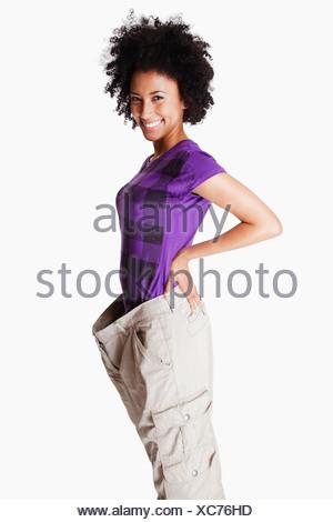 Stati Uniti, California, Fairfax, Ritratto di giovane donna con pantaloni allentati Foto Stock