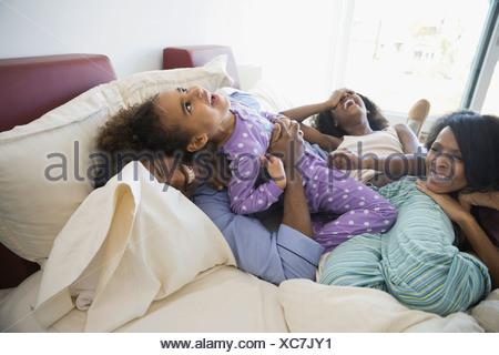 Famiglia giocoso in letto Foto Stock