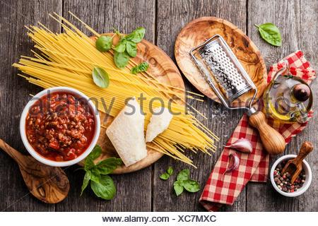Ingredienti Per Spaghetti Alla Bolognese In Grigio Sullo Sfondo Di