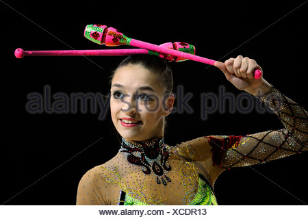 Donna facendo ginnastica ritmica con artigli Foto Stock