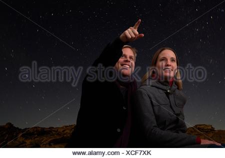 Giovane guardando il cielo stellato Foto Stock