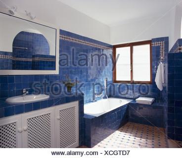 Blu brillante piastrelle sulla parete sopra il bagno in spagnolo ...
