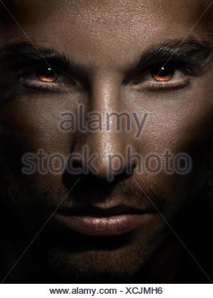 Il volto dell'uomo feroce con gli occhi Foto Stock