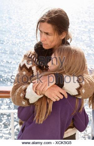 La Svezia sodermanland, ritratto di madre e figlia che abbraccia su una nave da crociera Foto Stock