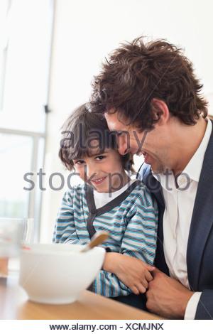 Padre e figlio di mangiare insieme per la prima colazione Foto Stock