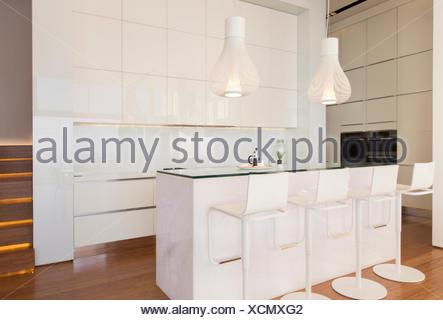 Sgabelli al bancone della cucina moderna foto & immagine stock