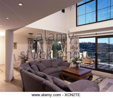 Grigio divano a L in moderno a doppia altezza spagnolo soggiorno con ...