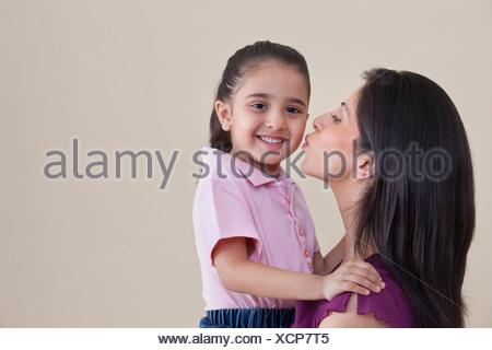 Madre baciare la figlia Foto Stock