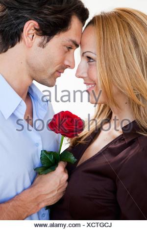 Giovane coppia romantica con rose Foto Stock