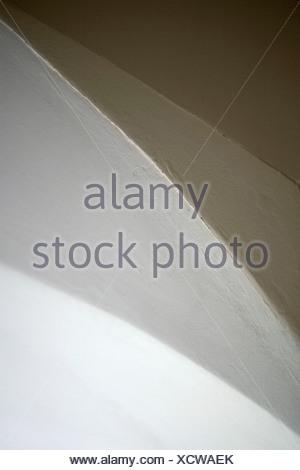 Vista astratta a soffitto, parete e arco di porta Foto Stock