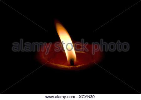 Accesa diya, tradizionali lampade ad olio costituito da argilla, India Foto Stock