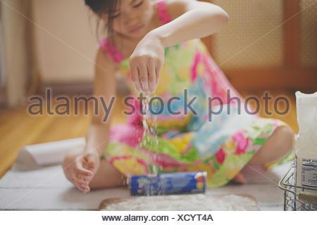 Ragazza seduta sul piano cottura Foto Stock
