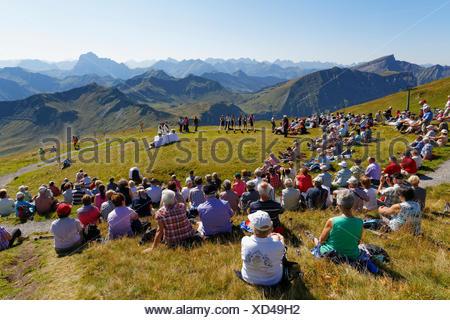 Massa di montagna durante una riunione di giocatori alphorn, Diedamskopf, Schoppernau, Bregenzerwald, Bregenzer Wald, Vorarlberg, Austria Foto Stock