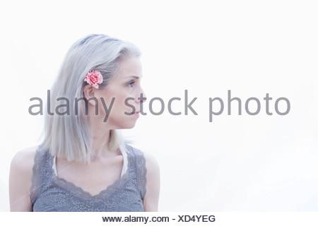 Ritratto di donna matura con fiore nei capelli Foto Stock