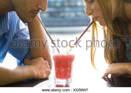 La condivisione di coppia cool drink, ritagliato Foto Stock