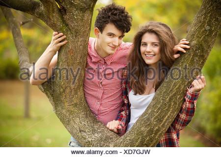 Giovane adolescente arrampicata in posizione di parcheggio Foto Stock