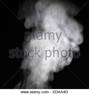 Vapore contro uno sfondo nero Foto Stock