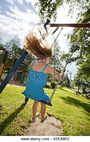 Germania, Coburg, ragazza adolescente su altalena nel parco Foto Stock