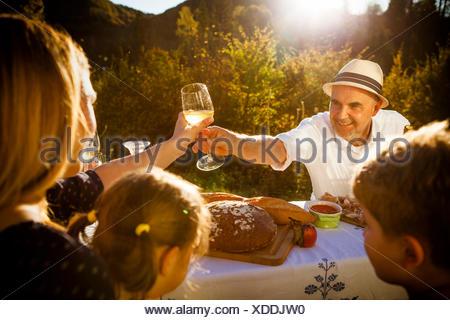Famiglia avente un picnic nel giardino, Monaco di Baviera, Germania
