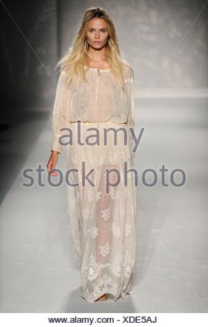 ... Alberta Ferretti Milano pronto a indossare Primavera Estate 2011 Foto  Stock 94f7fe433f3