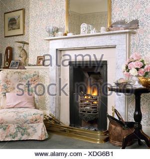 Sedia accanto al caminetto nel piccolo e tradizionale crema