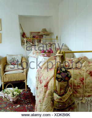 Rosa antico con fantasie di piumone e cuscini floreali sul singolo ...
