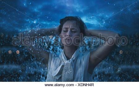 Donna in pioggia Foto Stock