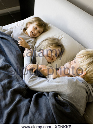 Stati Uniti d'America, Utah, Provo, madre a letto con bambini (18-23 mesi), (2-5)
