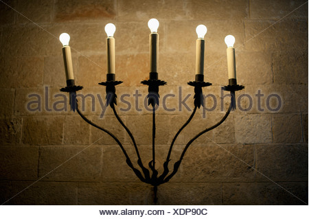 In primo piano illuminato di candele elettriche nel buio foto