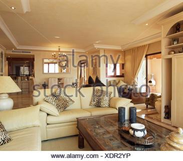 Tiger print cuscini sui divani color crema in spagnolo soggiorno ...