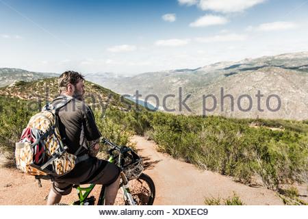 Downhill mountain biker guardando a vista Foto Stock