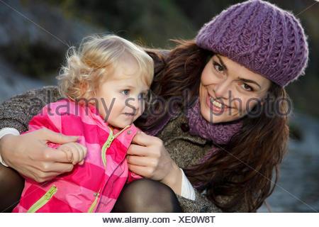 Giovane Donna con bambina Foto Stock