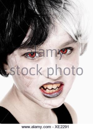 Ritratto di una giovane ragazza in parrucca in posa come vampiro. Foto Stock