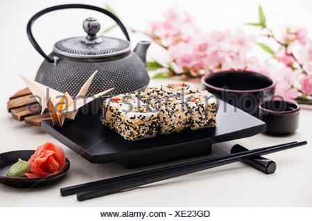 Rotoli di Sushi con salsa di soia e zenzero Foto Stock