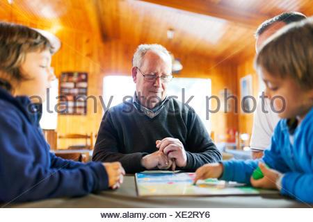 Senior uomo giocando con i suoi nipoti Foto Stock
