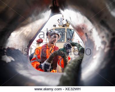 Rimorchiatore lavoratore tirando la corda sul ponte Foto Stock