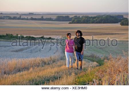 Coppia di giovani a piedi attorno a Mittainville, Yvelines reparto, regione Ile-de-France, Francia, Europa. Foto Stock