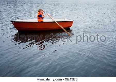 La Svezia, Uppland, Runmaro, Barrskar, ragazzo (6-7) in canotto Foto Stock