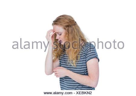 Donna con mal di testa pizzicando il suo naso Foto Stock