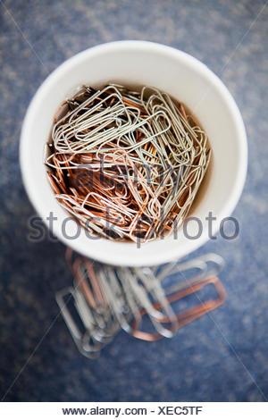 Close-up di un contenitore riempito con fermagli per carta Foto Stock