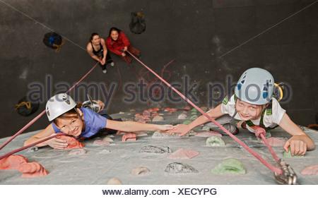Ragazze arrampicata indoor parete di roccia Foto Stock