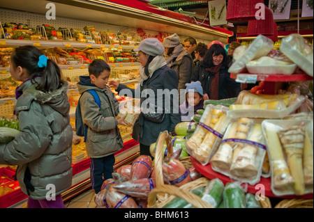 """Paris, França, às pessoas comida compras no supermercado supermercado chinês, """"o grande armazém"""" em Chinatown Foto de Stock"""