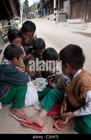 Grupo de crianças leitura. Cidade Nahmsan. Norte do Estado de Shan. Mianmar Foto de Stock