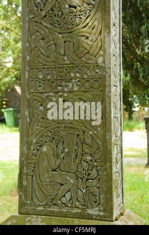 Fechar detalhes de uma cruz celta que marca o túmulo de John Ruskin, um autor, poeta e artista, no adro St Andrews Foto de Stock