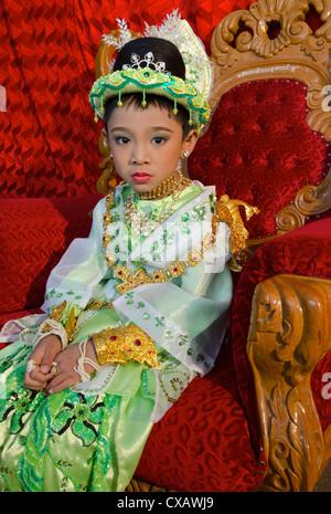 Rapaz pausas durante a sua cerimónia, Taungyi noviciation, Estado de Shan, Mianmar (Birmânia), Ásia Foto de Stock